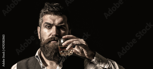 Foto Rich man with a holding glass whiskey