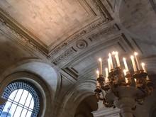 Blick Auf Verzierte Marmor Decke In Alter Bücherei New York Public Library Mit Fenster Und Kerzenleuchter In New York City