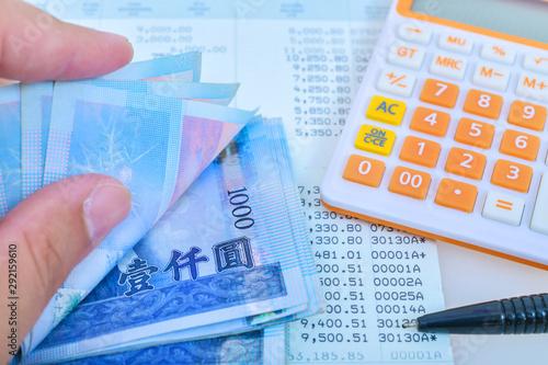 Fotografía  Man hand during counting banknote Taiwan dollar bills