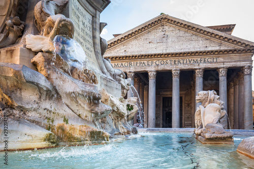 Photo Fountain at the Pantheon temple in Rome, Italy