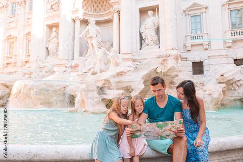 Photo Happy family near Fontana di Trevi with city map