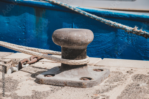 Fotomural Rope of a ship or boat moored to a bollard at harbor closeup