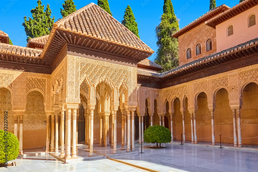 Fototapeta Famous courtyard in the Alhambra with lion court. (Granada, Spain)