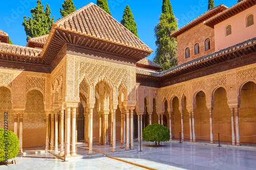 Naklejki historyczne famous-courtyard-in-the-alhambra-with-lion-court-granada-spain