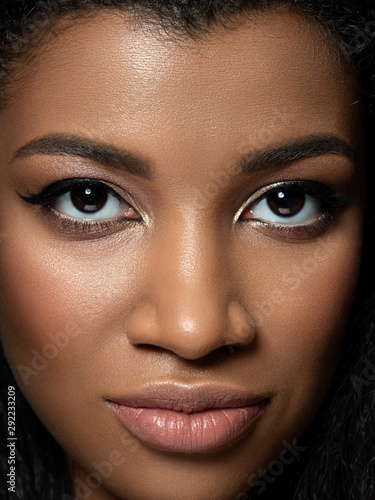 Closeup portrait of young beautiful black woman Fototapet
