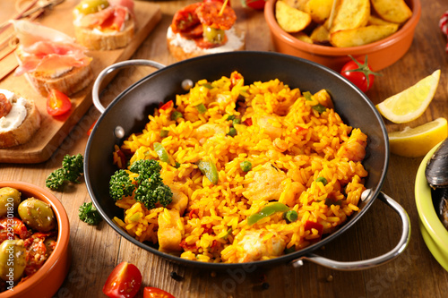 Cuadros en Lienzo cooking pan with paella with seafood