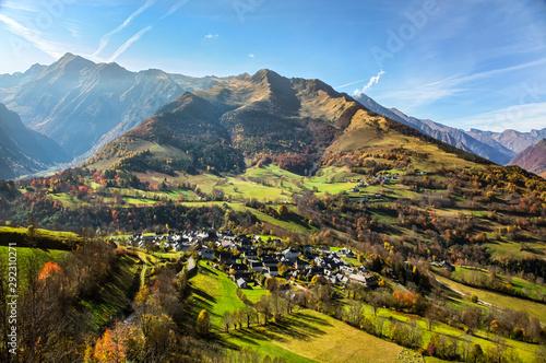 Jesienny obraz wioski Azet w górach Pirenejów.