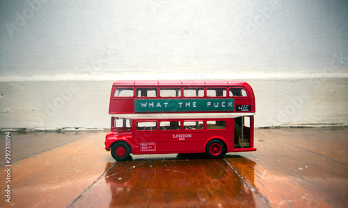Türaufkleber London roten bus toy bus on a wooden floor with a message