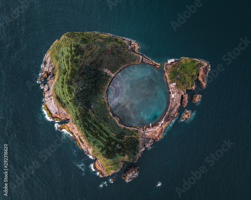 Vue aerienne Top view of Islet of Vila Franca do Campo on San Miguel island, Azores, Portugal.