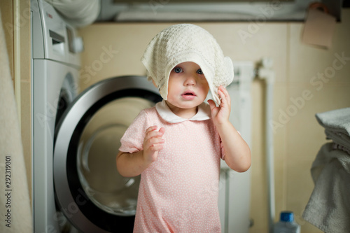 Pinturas sobre lienzo  little girl in the bathroom and the washing machine