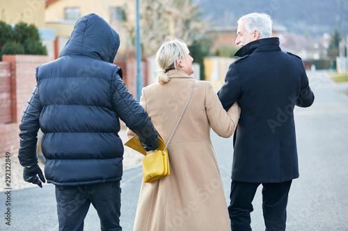 Fotografía  Dieb bei Taschendiebstahl aus Handtasche