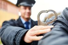 Polizist Mit Handschellen Und ...