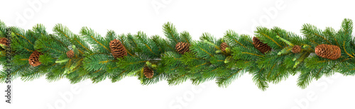 Cuadros en Lienzo  Garland with green fir branches and cones isolated on white
