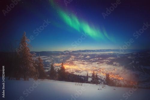 Fényképezés  The Northern Light Aurora borealis ower winter land