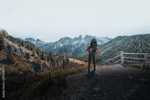 Photo  young man enjoying the view of the mountains landscape in the dolomites mountain range