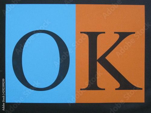 Ok, palabra en mayúsculas en cartulinas de colores complementarios, azul y naran Canvas Print