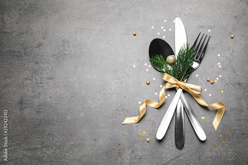 Foto  Cutlery set on grey table, flat lay. Space for text
