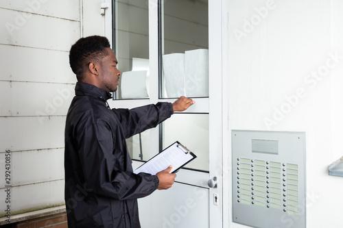 Fototapeta Man Knocking The Door