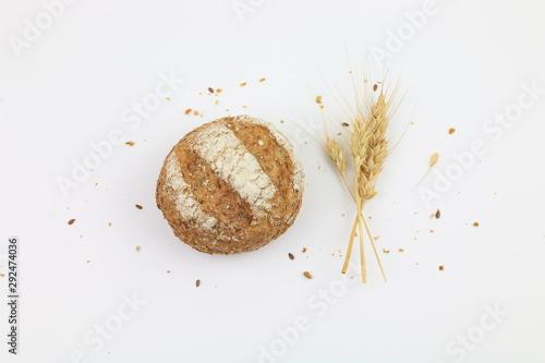 Pane integrale con semi e spighe di grano isolato su uno sfondo bianco Tapéta, Fotótapéta