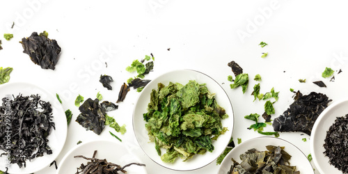 Fotografia A panorama of dry seaweed, sea vegetables, shot from the top on a white backgrou