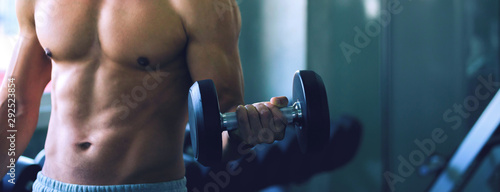 Fotografia Fitness man doing exercise in gym