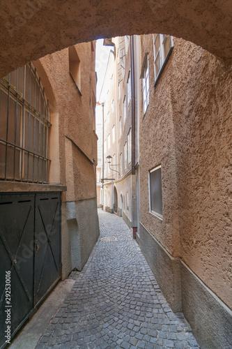 Fototapeten Schmale Gasse Historic narrow alley in Salzburg