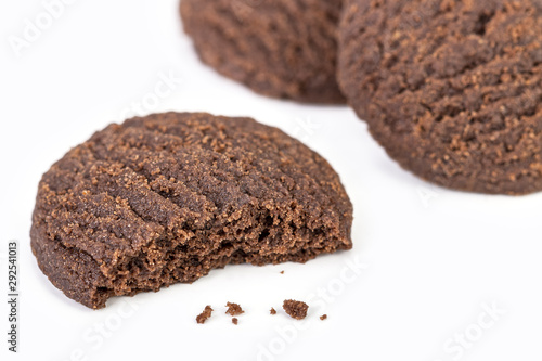 Fotografia Dilicious chocolate cookies on white plate with half bite