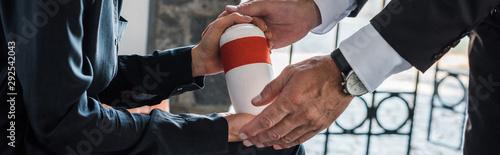 Fotografia panoramic shot of woman and senior man holding mortuary urn