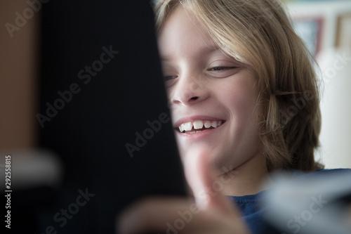 Papel de parede  Happy young boy using tablet