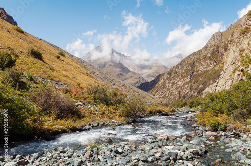 Poster Afrique du Sud Mountain tops, river and grass under blue sky
