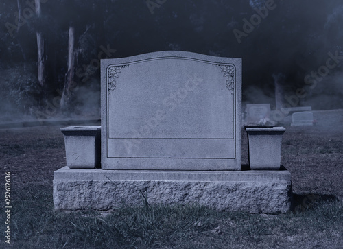 Foto Blank Spooky Halloween Grave Stone at Night
