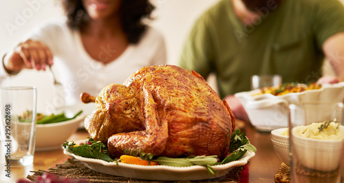 Photo thanksgiving dinner turkey with people eating