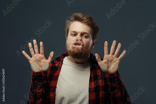 Fotomural Man's crazy face crushed on transparent glass