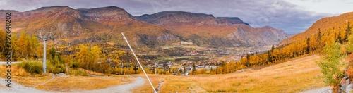 Widok na szczyty górskie w Hemsedal z ośrodka narciarskiego w norweskim regionie Buskerud późnym latem, wczesną jesienią