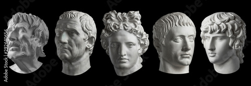 Fotografia Five gypsum copy of ancient statue heads isolated on a black background