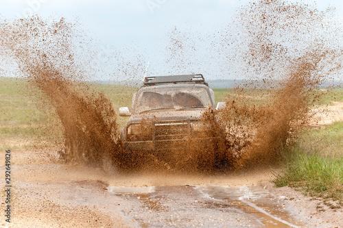 Ein Geländewagen beim Durchfahren eines Schlammlochs #292649826