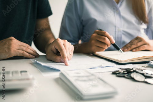 Fotografía Two asian couples and men and women are together analyzing expenses or finances in deposit accounts and daily income sources with an savings economical concept