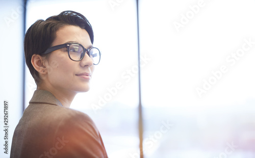 Fotografía  Head and shoulders portrait of aspiring businesswoman looking away pensively and
