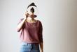 canvas print picture - wer bin Ich? Frau, die einen Spiegel vor ihr Gesicht hält. Gesichtslos, Identität nicht erkennbar