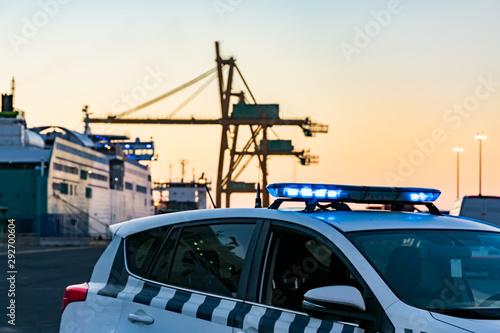 Fototapeta Coche de policia en control portuario