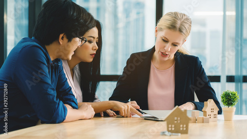 Fototapeta Financial officials are advising Asian family to buy a home. At a loan rate that is worthwhile for investment Monthly installments And introducing a residential rental business To increase revenue obraz