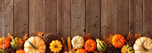 Fotomural Autumn bottom border banner of pumpkins, gourds and fall decor on a rustic wood