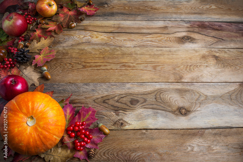 Stampa su Tela  Thanksgiving  or fall greeting background with orange pumpkins and fall leaves