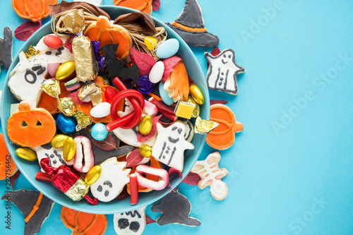 Fotomural  Halloween Jack o Lantern candy bowl with candy and halloween cookies Trick or Tr
