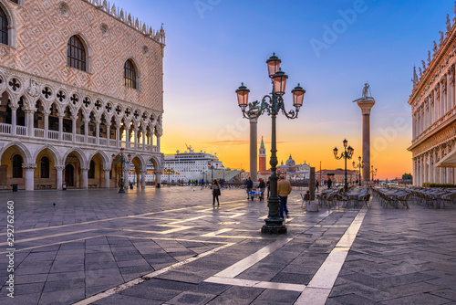 Foto auf AluDibond Schiff Sunrise view of piazza San Marco, Doge's Palace (Palazzo Ducale) in Venice, Italy. Architecture and landmark of Venice. Sunrise cityscape of Venice.