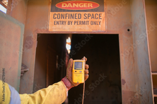 Obraz na plátne Constructor worker hand holding gas test leak detector device while commencing s