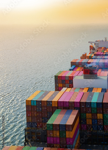 Photo top aerial view of the large volume of TEU containers on ship sailing in the sea