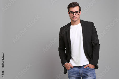 Fotomural  Handsome young man in casual clothes on grey background
