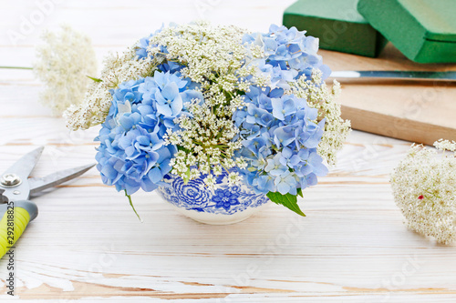 Foto op Plexiglas Hydrangea How to make floral arrangement with blue hortensia (hydrangea) and white Queen Anne's lace