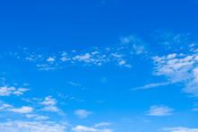 【写真素材】 青空 空 雲 秋の空 背景 背景素材 9月 コピースペース